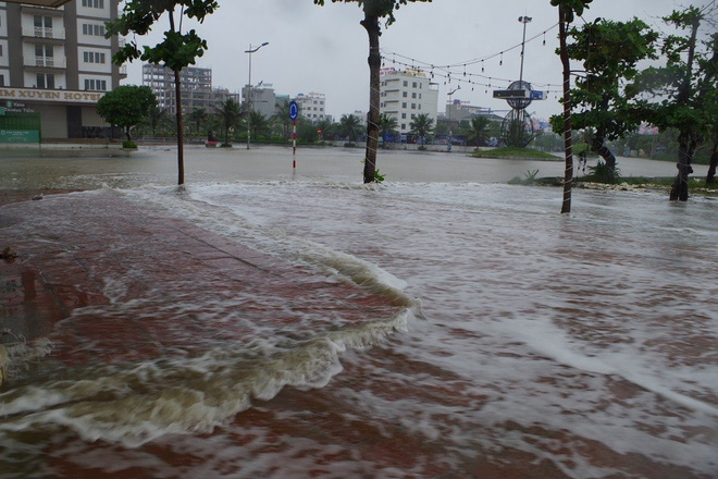 Mưa lớn và nước biển dâng tại TP Sầm Sơn do ảnh hưởng bão số 8 - ảnh 9