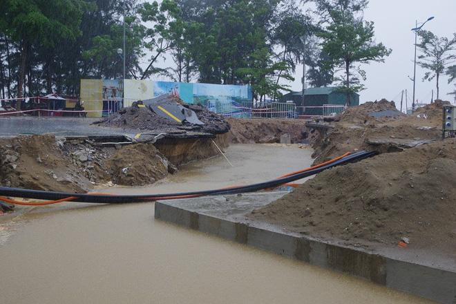 Mưa lớn và nước biển dâng tại TP Sầm Sơn do ảnh hưởng bão số 8 - ảnh 10