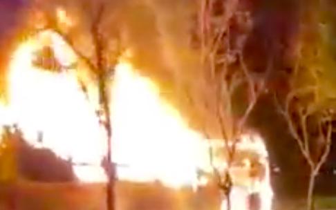 TP.HCM: Xe khách giường nằm bốc cháy dữ dội trên đại lộ Mai Chí Thọ, tài xế tìm cách thoát ra ngoài