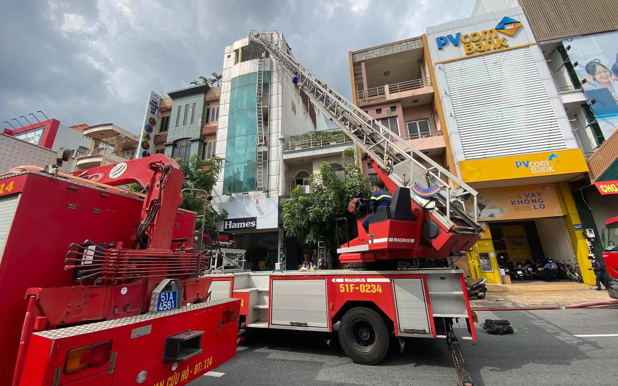 TP.HCM: Cháy nhà 4 tầng, cảnh sát leo thang giải cứu nhiều người mắc kẹt
