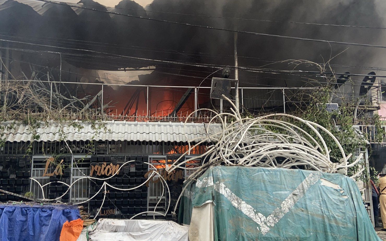 TP.HCM: Nhà chứa phụ kiện đám cưới cháy dữ dội, nhiều người ôm tài sản tháo chạy