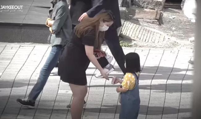 Câu chuyện bé gái 5 tuổi nhờ người lớn dẫn qua đường có gì mà viral khắp MXH Hàn, được dân tình bàn tán xôn xao? - Ảnh 5.