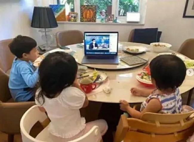 Chụp ảnh các con đang ngồi ăn sáng, ông bố bỗng được khen ngợi hết lời về cách dạy dỗ, hóa ra nhờ 1 chi tiết không ngờ - Ảnh 2.