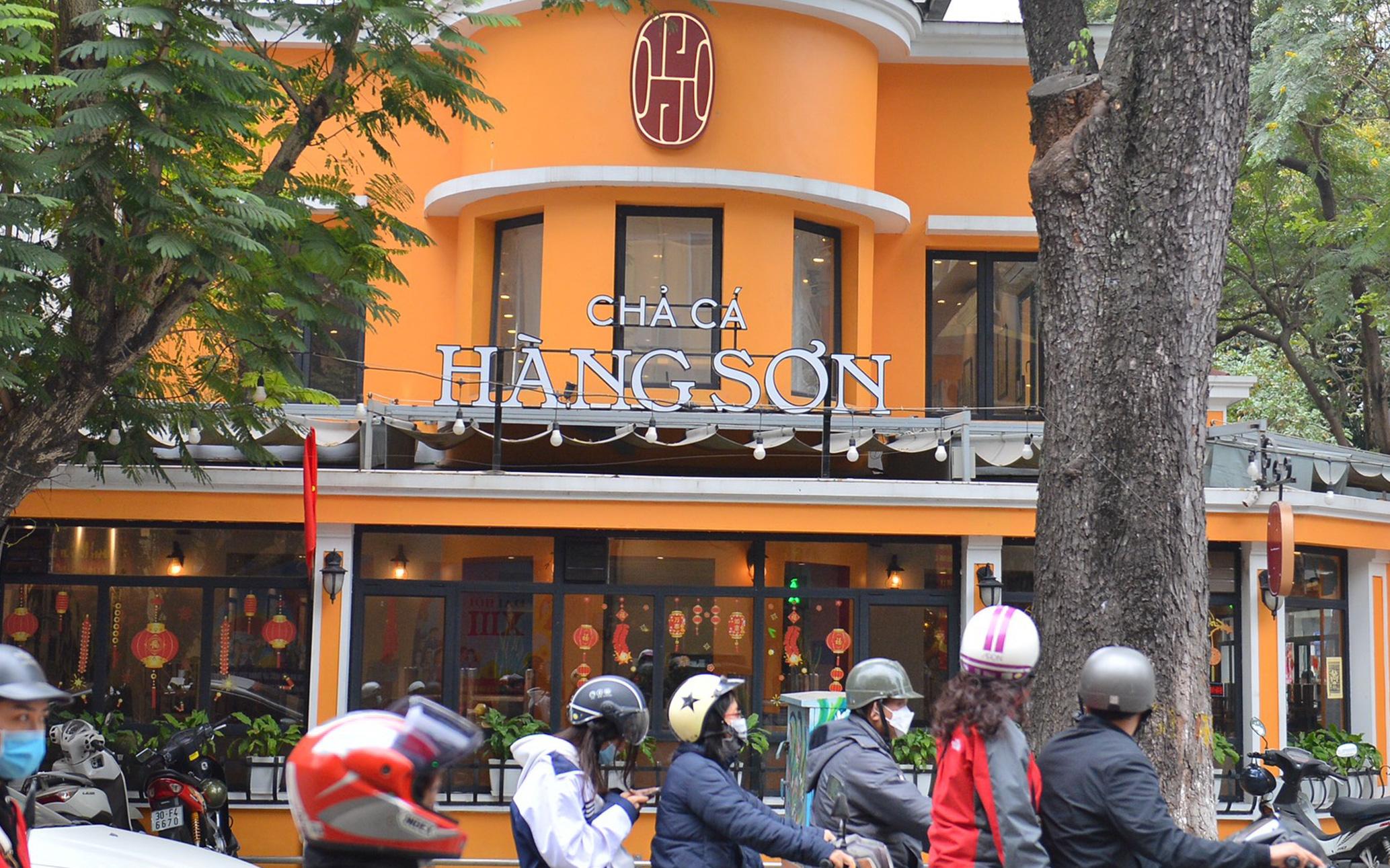 Hà Nội: Ca Covid-19 đến ăn tất niên, nhà hàng chả cá trên phố Bà Triệu phải đóng cửa