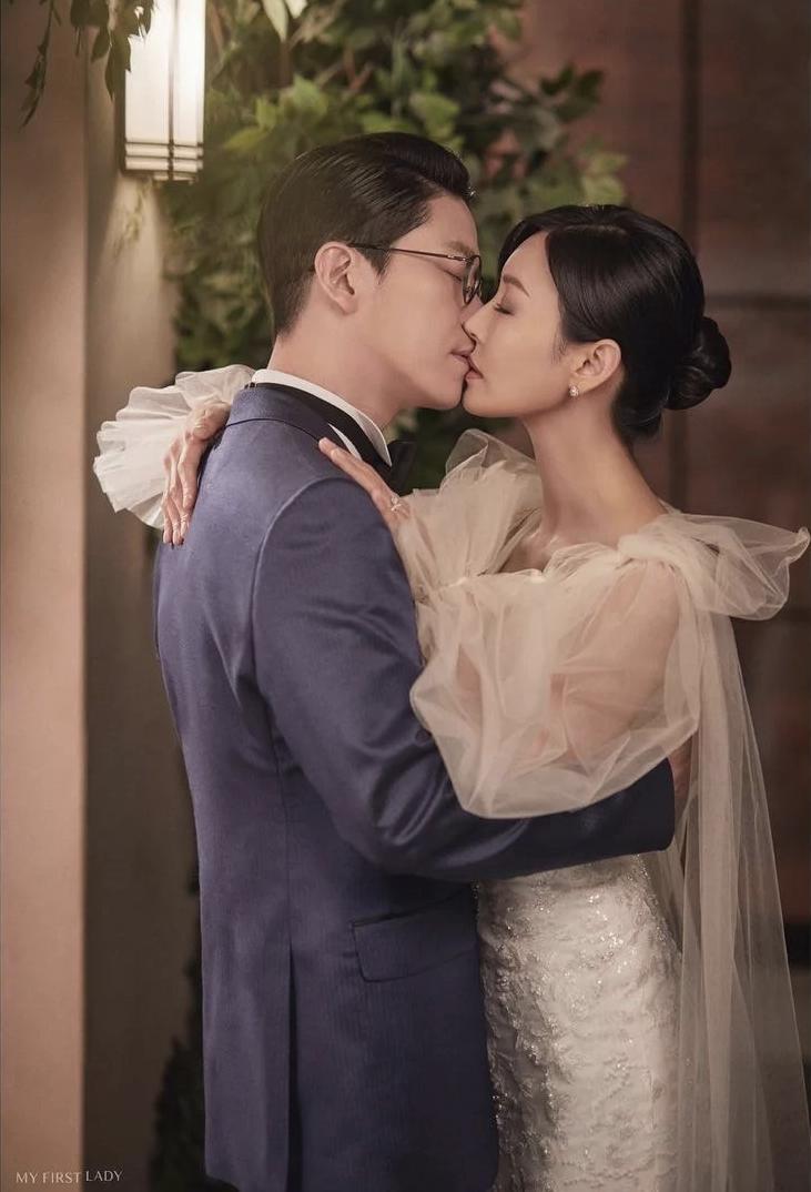 Couple hot nhất Penthouse tung ảnh cưới: Không phải màn khóa môi, body tuyệt mỹ của ác nữ Kim So Yeon mới là tâm điểm - Ảnh 3.