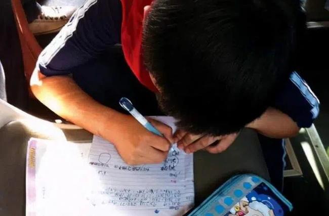Cậu bé được cô giáo cho 10 điểm Văn nhưng không dám khoe ai, mẹ mà đọc được nội dung không khéo lại ly dị bố - Ảnh 1.