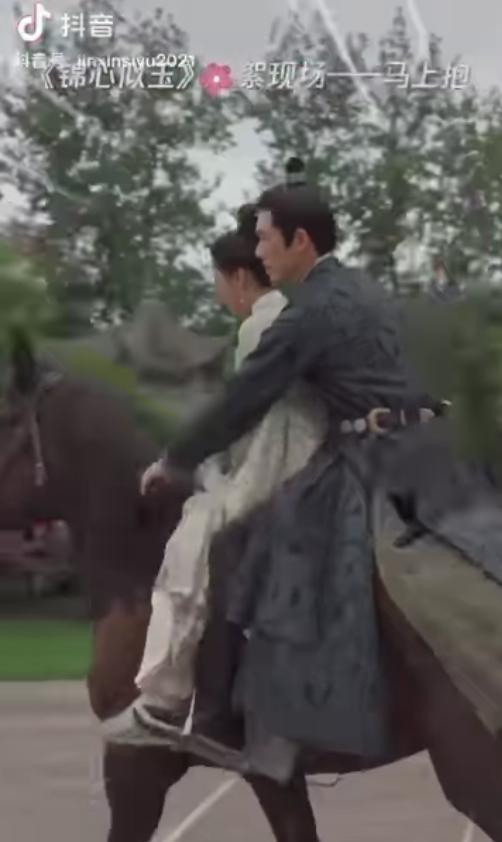 Ai ôn nhu qua nổi Chung Hán Lương: Bồng bế Đàm Tùng Vận từ lưng ngựa, túc trực cạnh vợ nhỏ mọi lúc ở Cẩm Tâm Tựa Ngọc - ảnh 1