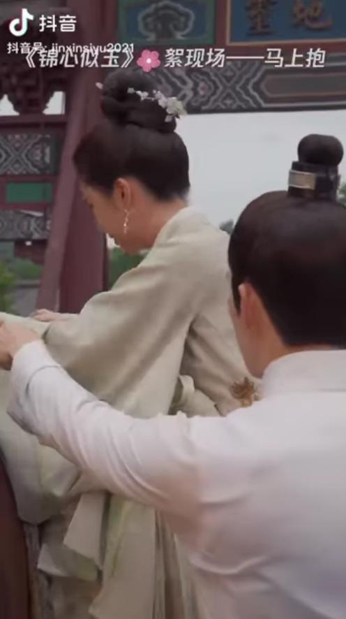 Ai ôn nhu qua nổi Chung Hán Lương: Bồng bế Đàm Tùng Vận từ lưng ngựa, túc trực cạnh vợ nhỏ mọi lúc ở Cẩm Tâm Tựa Ngọc - ảnh 3