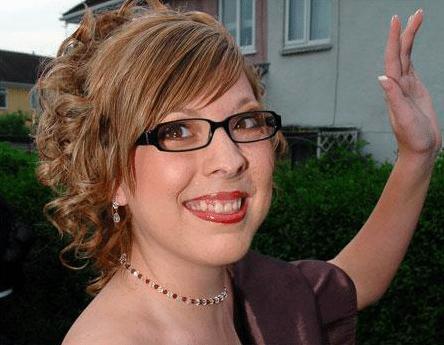 Gương mặt biến dạng vì khối u, bé gái bị hàng xóm bảo ra đường phải mang bao trùm đầu để rồi có màn vịt hóa thiên nga ngay ngày cưới - ảnh 3