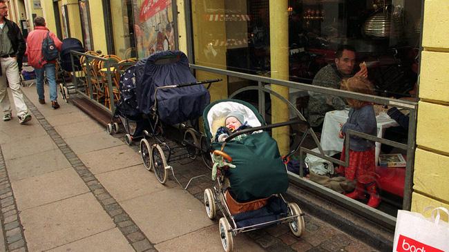 Bố mẹ bỏ con ngủ trên xe đẩy để vào nhà hàng ăn uống đã đời, hình ảnh gây phẫn nộ hóa ra là chuyện thường ngày ở huyện tại quốc gia này - ảnh 2