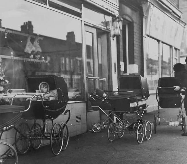 Bố mẹ bỏ con ngủ trên xe đẩy để vào nhà hàng ăn uống đã đời, hình ảnh gây phẫn nộ hóa ra là chuyện thường ngày ở huyện tại quốc gia này - ảnh 3