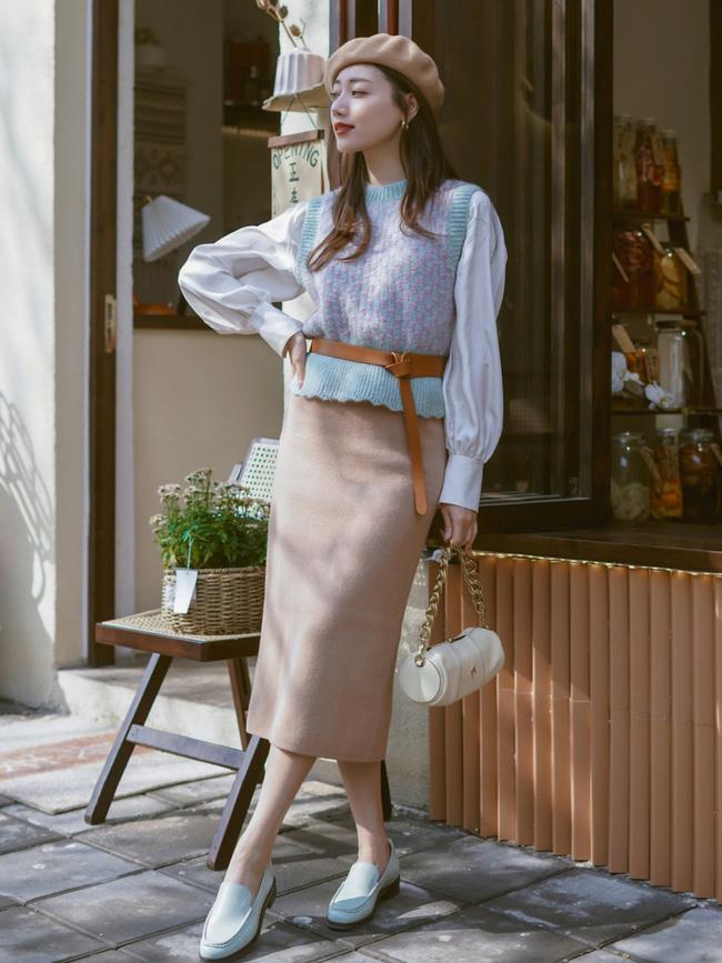 Street style Châu Á: Nhiều màu sắc xuống phố nhưng bất ngờ nhất là màn khoe eo mỏng dính của cô nàng váy cam - ảnh 2