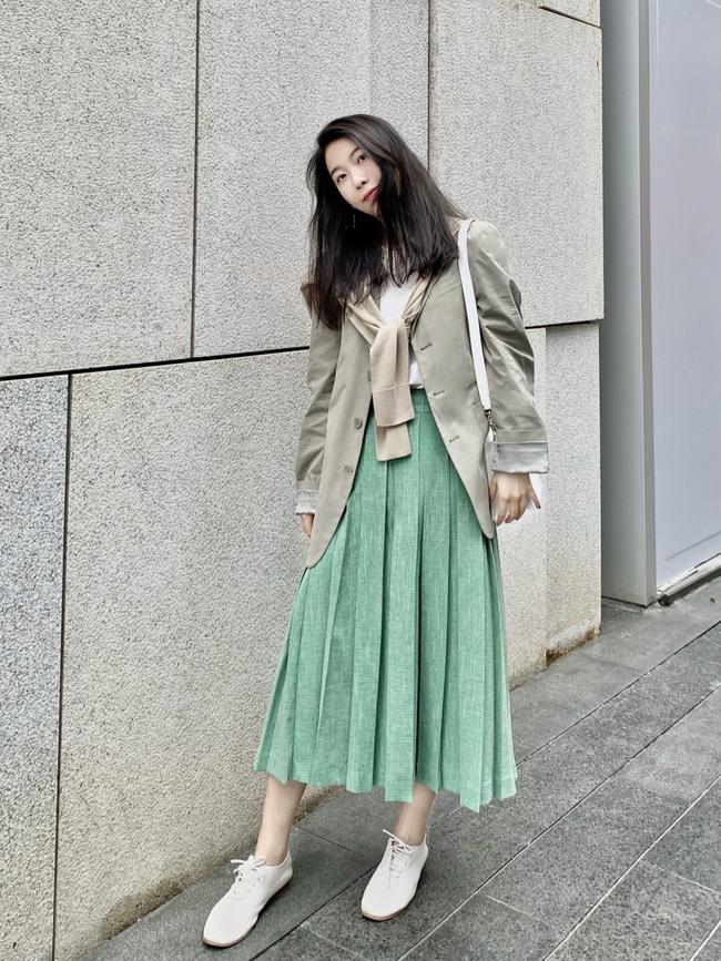 Street style Châu Á: Nhiều màu sắc xuống phố nhưng bất ngờ nhất là màn khoe eo mỏng dính của cô nàng váy cam - ảnh 13