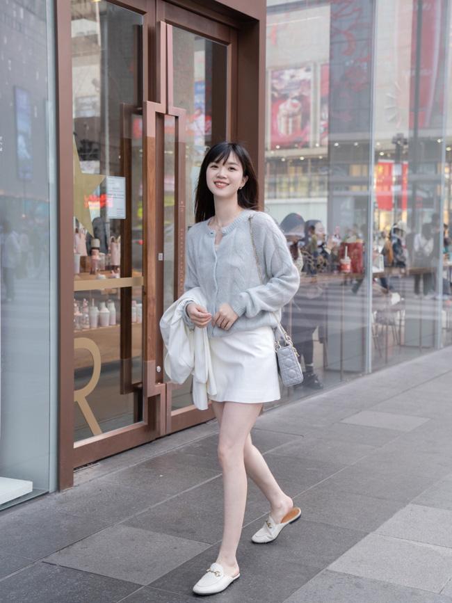 Street style Châu Á: Nhiều màu sắc xuống phố nhưng bất ngờ nhất là màn khoe eo mỏng dính của cô nàng váy cam - ảnh 3