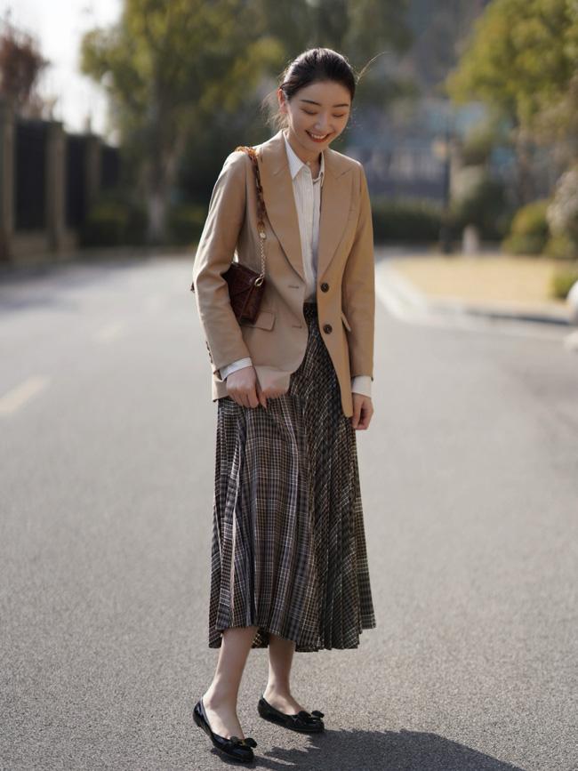 Street style Châu Á: Nhiều màu sắc xuống phố nhưng bất ngờ nhất là màn khoe eo mỏng dính của cô nàng váy cam - ảnh 5