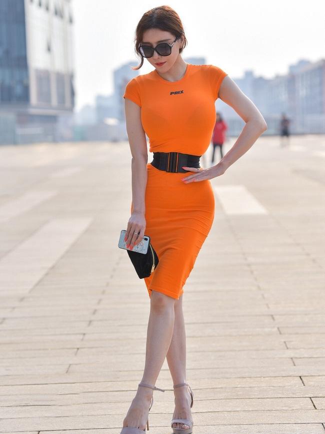 Street style Châu Á: Nhiều màu sắc xuống phố nhưng bất ngờ nhất là màn khoe eo mỏng dính của cô nàng váy cam - ảnh 7