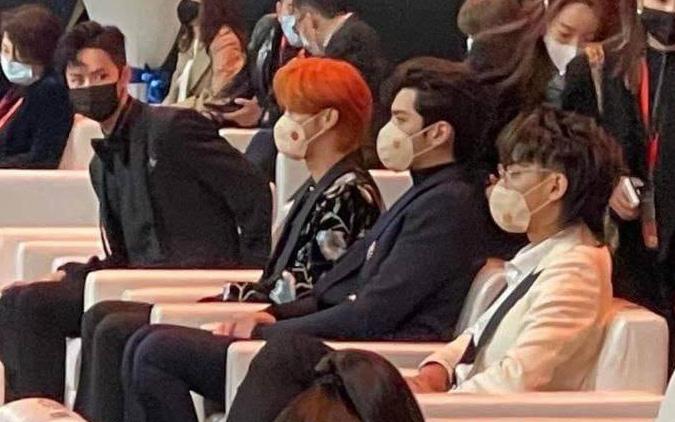 """Knet mỉa mai khi thấy """"đàn bồ câu made in SM"""" ngồi 1 cụm với nhau, đến cả Vương Nhất Bác còn phải hốt hoảng!"""