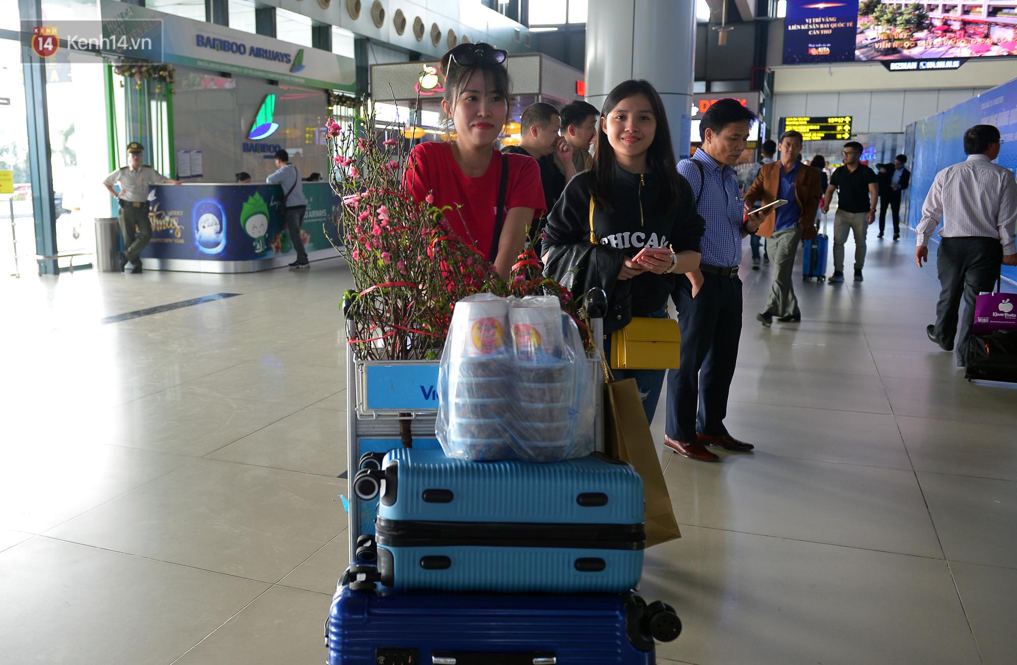 Ảnh: Sân bay Nội Bài vắng vẻ cận Tết Nguyên Đán, khác hẳn cảnh tượng đông đúc mọi năm - Ảnh 2.
