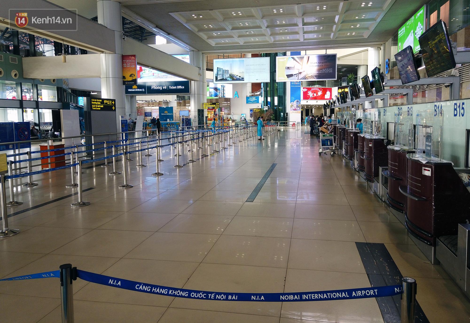 Ảnh: Sân bay Nội Bài vắng vẻ cận Tết Nguyên Đán, khác hẳn cảnh tượng đông đúc mọi năm - Ảnh 1.