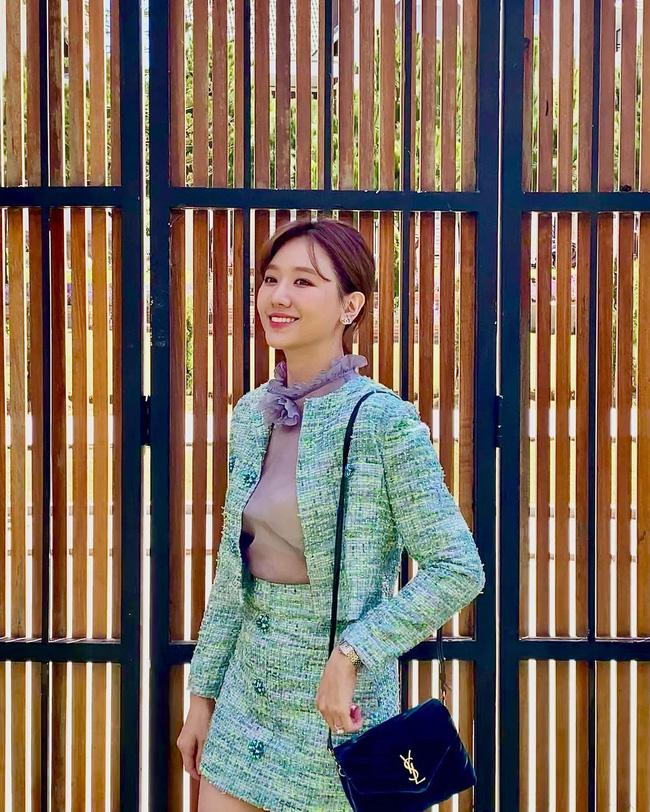 Học 11 cách diện chân váy ngắn của mỹ nhân Việt để Tết này thật trẻ xinh, vóc dáng luôn được hack cao hơn cả chục phân - Ảnh 2.