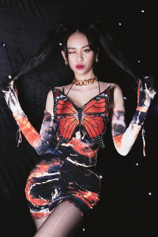 Nhìn chiếc đầm Cánh bướm dối gian của Phí Phương Anh, người ta lại nhớ ngay tới bộ váy từng gây tranh cãi của Chi Pu - Ảnh 1.