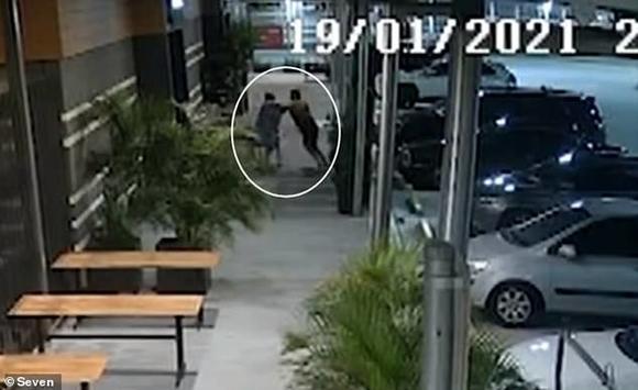 Clip: Bị giật túi xách, bà cụ đuổi theo quật ngã kẻ cướp cao to hơn mình, tặng thêm độc chiêu xé áo - ảnh 1