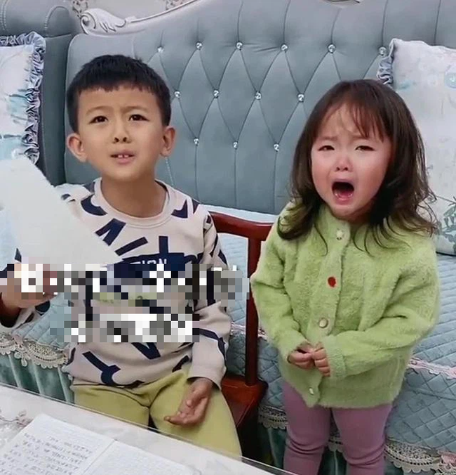 Bị em gái xé vở khi vừa làm xong bài tập về nhà, anh trai hùng hổ mách mẹ rồi có phản ứng không thể ngờ khi phạt em - Ảnh 1.