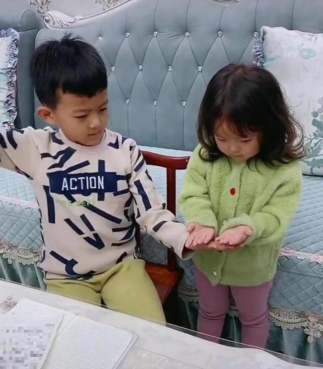 Bị em gái xé vở khi vừa làm xong bài tập về nhà, anh trai hùng hổ mách mẹ rồi có phản ứng không thể ngờ khi phạt em - Ảnh 2.
