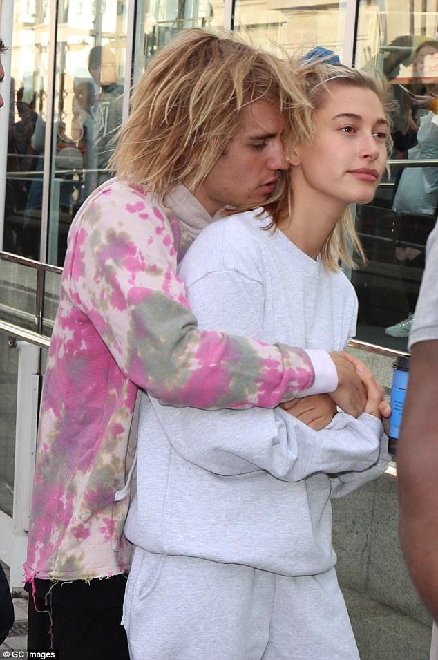 Đi đâu Justin Bieber cũng kè kè khẳng định chủ quyền với Hailey, còn để bàn tay hư bám dính mặc kệ mọi ánh nhìn - ảnh 9