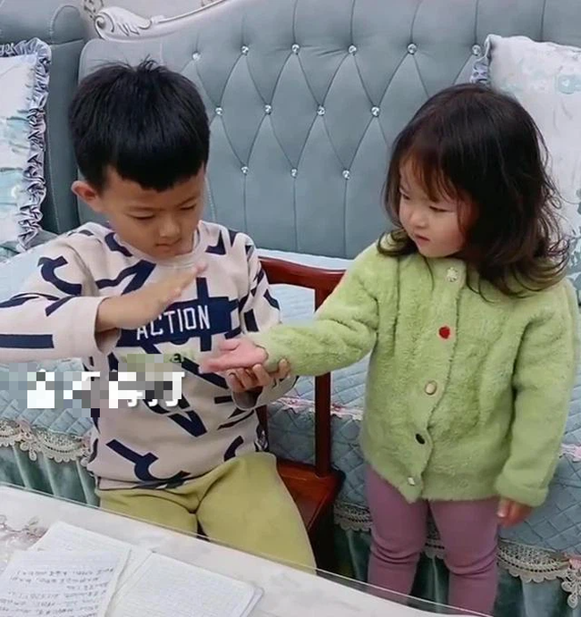 Bị em gái xé vở khi vừa làm xong bài tập về nhà, anh trai hùng hổ mách mẹ rồi có phản ứng không thể ngờ khi phạt em - Ảnh 3.