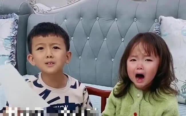 Bị em gái xé vở khi vừa làm xong bài tập về nhà, anh trai hùng hổ mách mẹ rồi có phản ứng không thể ngờ khi phạt em
