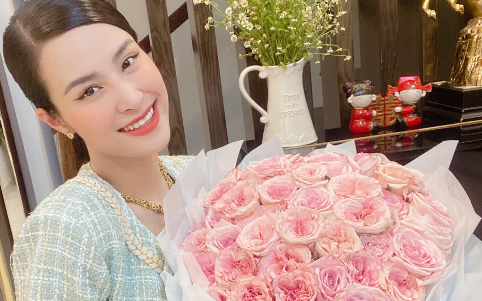 Đông Nhi lên đồ mừng kỷ niệm 12 năm bên Ông Cao Thắng: Sắc vóc mẹ bỉm xứng đáng 100 điểm, hơn thập kỷ gắn bó mà lãng mạn phát ghen
