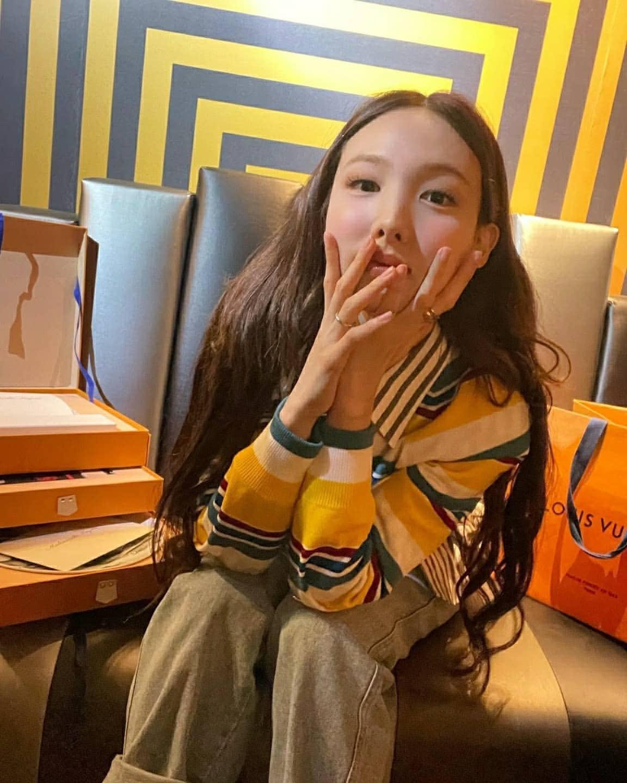 Nayeon (TWICE) bị dân tình mỉa mai vì debut bao năm nhưng giờ mới được dự fashion show danh giá - Ảnh 2.