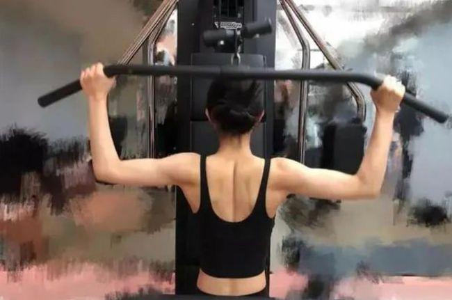 Camera thường tố khuyết điểm của Triệu Lệ Dĩnh: Bắp tay đối lập visual ngọt ngào, ảnh tập gym còn gây choáng hơn - Ảnh 6.