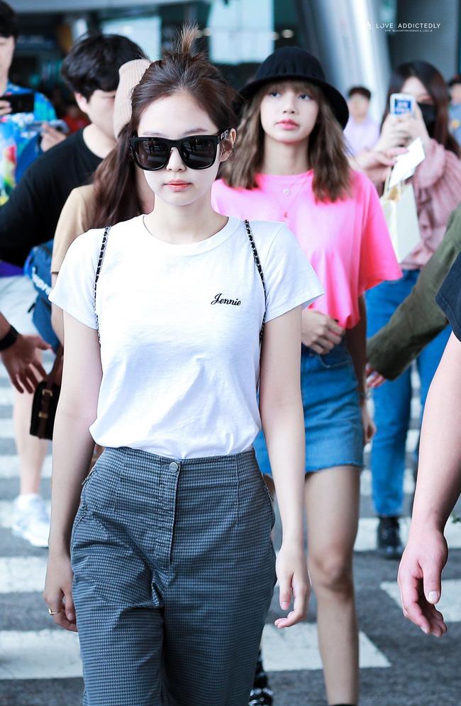 Jennie có tới 11 cách diện áo trắng, nhìn thì đơn giản nhưng biến đổi phong cách trong nháy mắt - Ảnh 1.