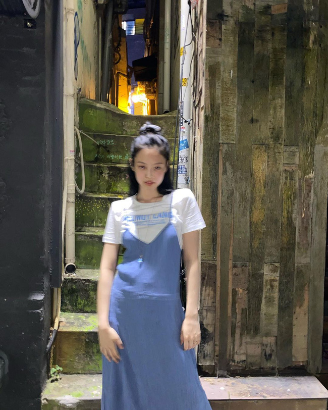 Jennie có tới 11 cách diện áo trắng, nhìn thì đơn giản nhưng biến đổi phong cách trong nháy mắt - Ảnh 4.