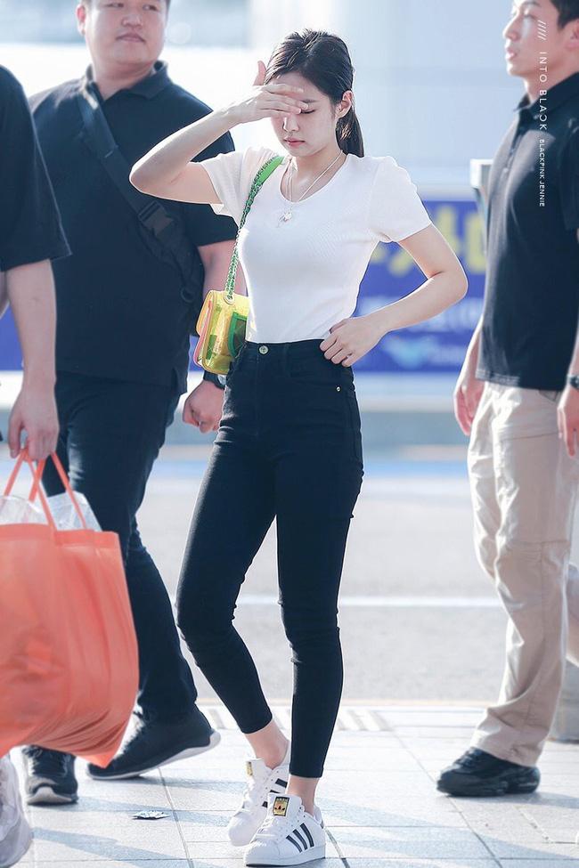 Jennie có tới 11 cách diện áo trắng, nhìn thì đơn giản nhưng biến đổi phong cách trong nháy mắt - Ảnh 10.