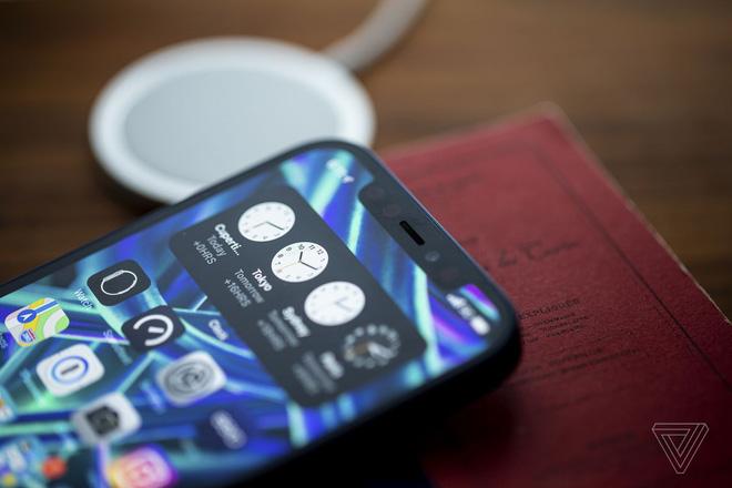 iPhone 13 sẽ có rãnh tai thỏ nhỏ hơn, iPhone 14 màn hình đục lỗ, iPhone 15 thiết kế toàn màn hình - ảnh 1