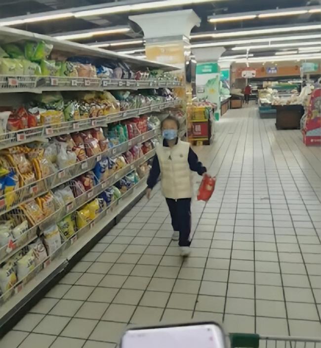 Được thưởng 30 giây mua sắm vì đạt học sinh xuất sắc, cô bé lớp 2 chọn món đồ khiến bố đau tim còn người mẹ liền ôm mặt khóc - Ảnh 2.