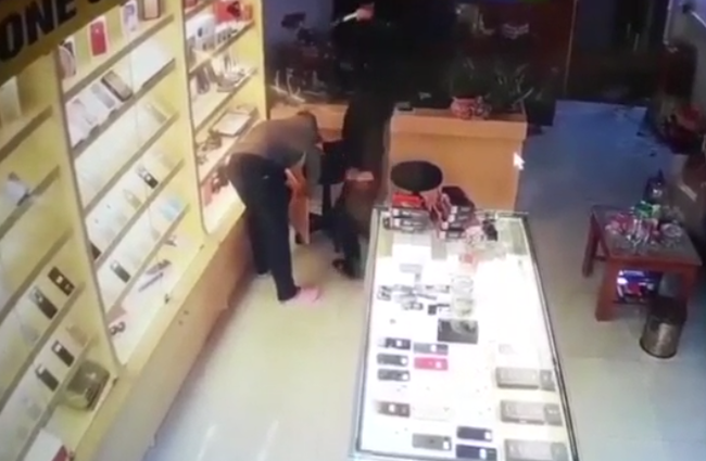 Footage: The moment the owner of the telephone shop was seriously stabbed by a brazen robber, disturbing everyone - Picture 2.
