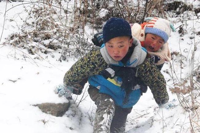 Ba năm sau bức ảnh cõng em trai xuống núi dưới cái rét -11 độ, cậu bé 9 tuổi ngày nào đã lớn phổng và đẹp trai, đã vậy còn học giỏi và có năng khiếu đặc biệt - Ảnh 1.