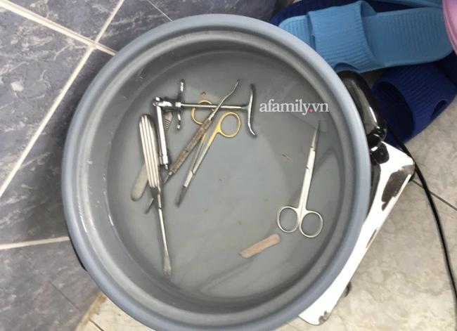 TP.HCM: Đột kích spa bỏ quên miếng gạc trong ngực khách hàng, phát hiện thêm một nạn nhân nghi vừa phẫu thuật vùng kín - ảnh 1