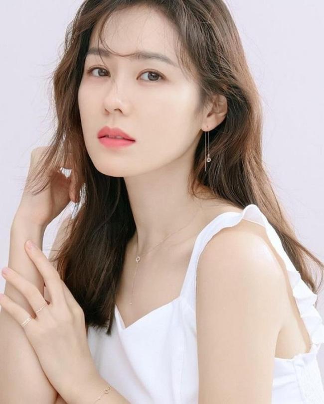 Sở hữu làn da dầu, Son Ye Jin có cách rửa mặt vô cùng đơn giản để da ráo  mịn và sáng căng