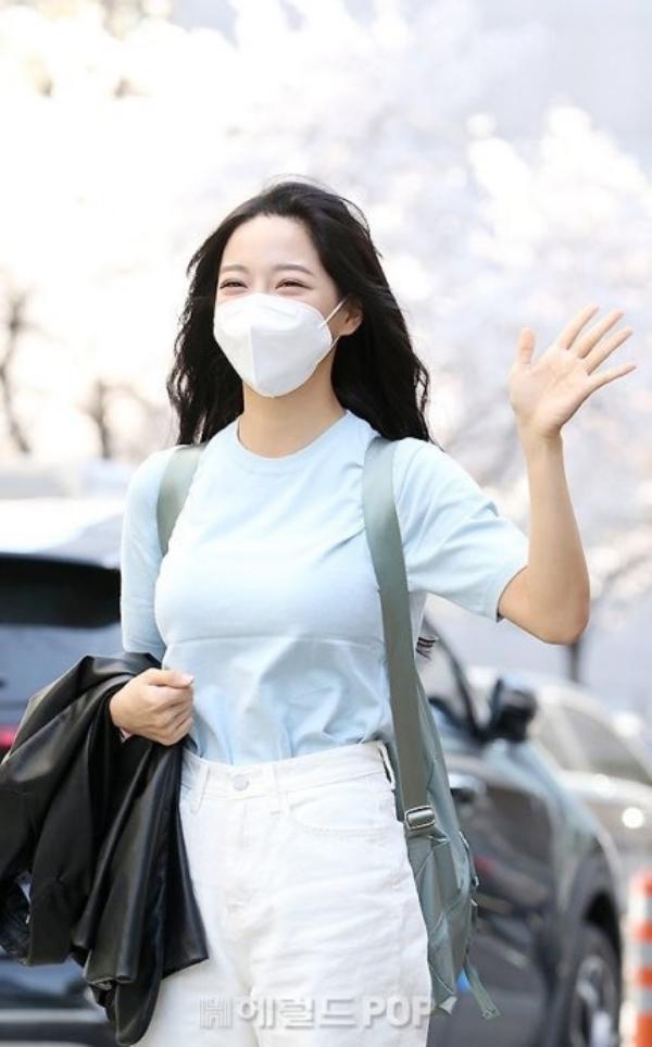 Dàn mỹ nhân Hàn đọ sắc trên đường đi làm: IU xinh xỉu, Hani gặp đối thủ khi so kè vóc dáng 0014