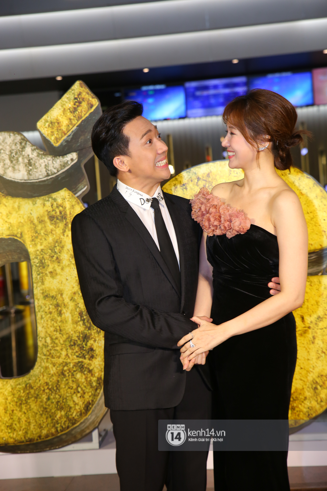 Cặp đôi nhà Đông Nhi, Lệ Quyên thi nhau show ân ái không kém cạnh Trấn Thành - Hariwon ở siêu thảm đỏ Bố Già - Ảnh 2.