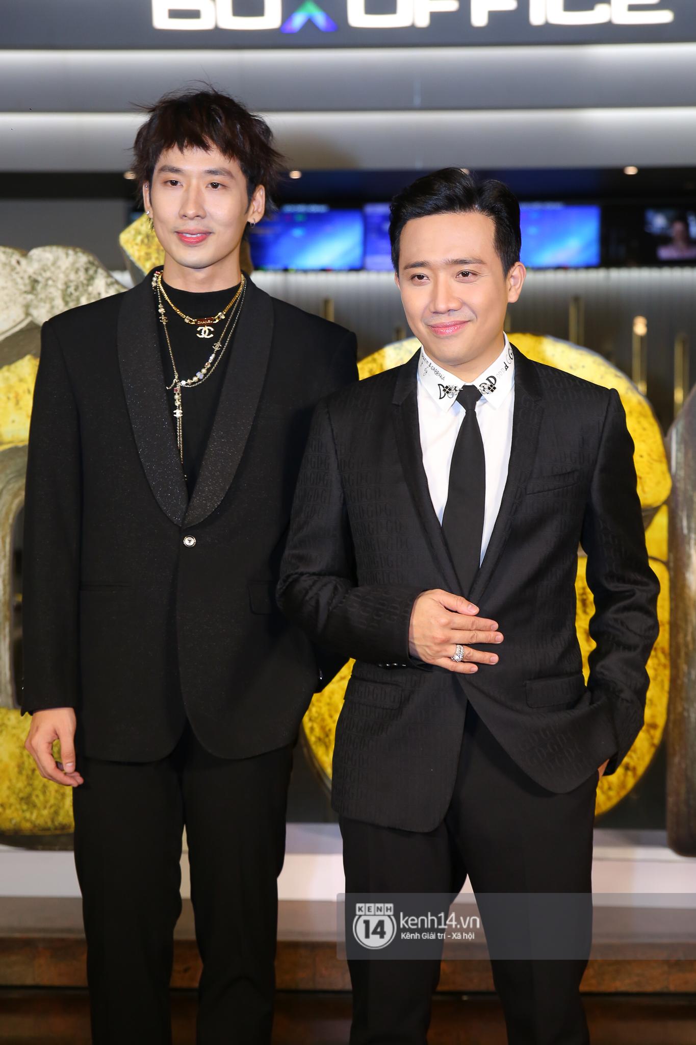 Cặp đôi nhà Đông Nhi, Lệ Quyên thi nhau show ân ái không kém cạnh Trấn Thành - Hariwon ở siêu thảm đỏ Bố Già - Ảnh 1.