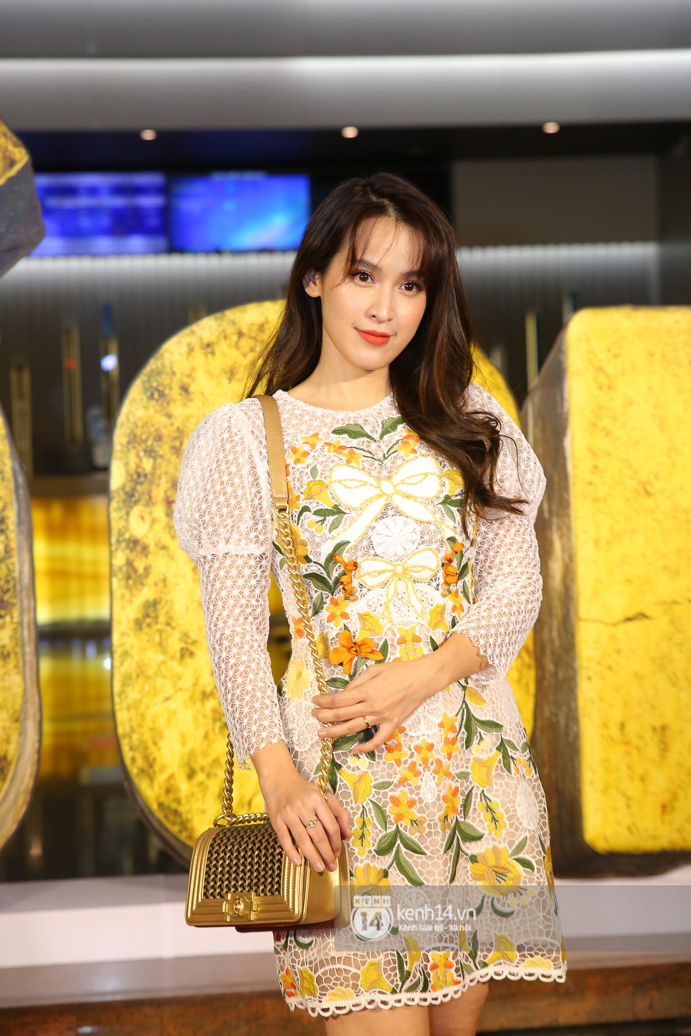 Cặp đôi nhà Đông Nhi, Lệ Quyên thi nhau show ân ái không kém cạnh Trấn Thành - Hariwon ở siêu thảm đỏ Bố Già - Ảnh 22.