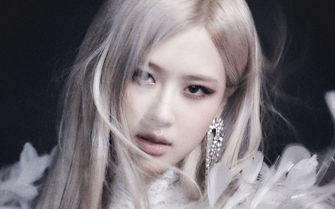Rosé (BLACKPINK) tiết lộ tên ca khúc chủ đề qua poster siêu ma mị, không còn cụt lủn theo style YG nhưng vẫn phải có từ này