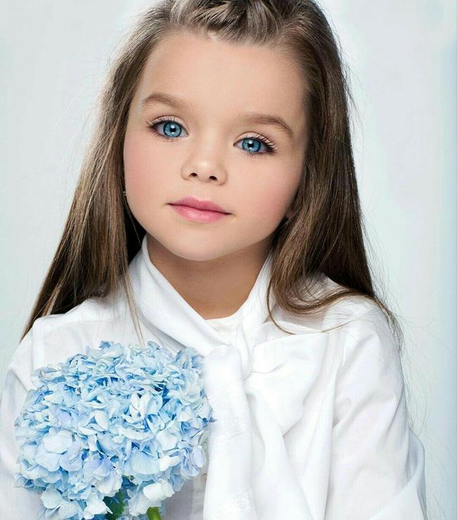 Cô bé người Nga được mệnh danh đẹp nhất thế giới 4 năm trước: Hiện tại vẫn gây sốt vì quá xinh đẹp, bất ngờ nhất là chuyện học hành - ảnh 2