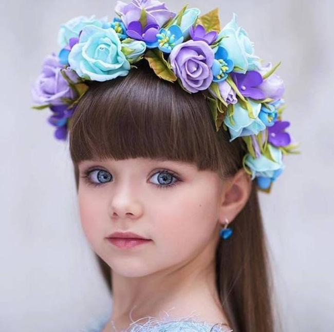 Cô bé người Nga được mệnh danh đẹp nhất thế giới 4 năm trước: Hiện tại vẫn gây sốt vì quá xinh đẹp, bất ngờ nhất là chuyện học hành - ảnh 3